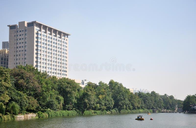Αρχιτεκτονική και λίμνη στοκ εικόνα με δικαίωμα ελεύθερης χρήσης