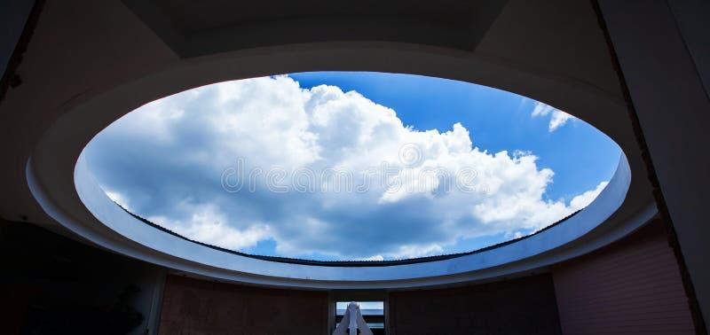 Αρχιτεκτονική κύκλων, σύγχρονο σύγχρονο εσωτερικό του μουσείου Phu Phan, Sakon Nakhon, Ταϊλάνδη, άποψη από το κατώτατο σημείο μέχ στοκ φωτογραφίες