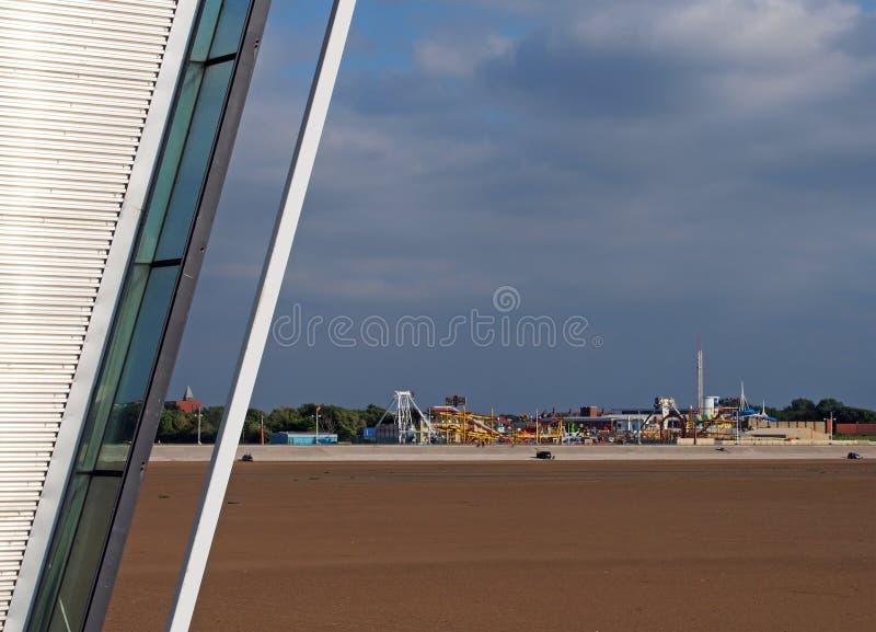 Αρχιτεκτονική λεπτομέρεια της αποβάθρας southport με την παραλία at low tide και του ιστορικού λούνα παρκ στην απόσταση ενάντια σ στοκ εικόνα με δικαίωμα ελεύθερης χρήσης