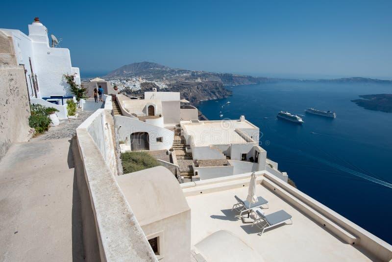 Αρχιτεκτονική λεπτομέρεια Santorini και πανοραμική άποψη σχετικά με την πόλη Fira και Oia στο θερινό διακινούμενο χρόνο στοκ εικόνες