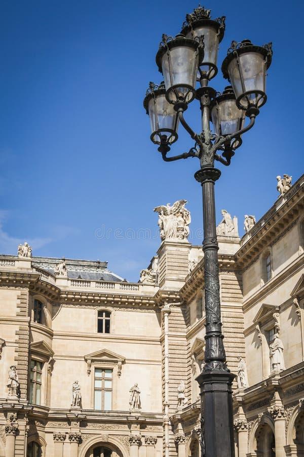 Αρχιτεκτονική πρόσοψη των διαδρόμων και των λαμπτήρων της θέσης των πυραμίδων του μουσείου του Λούβρου στο Παρίσι στοκ εικόνα