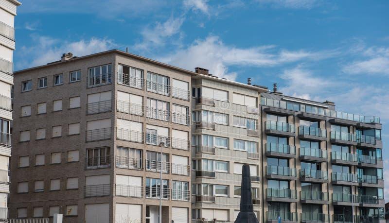 Αρχιτεκτονική σε Koksijde - ουρανοξύστες παλαιοί και νέοι στοκ φωτογραφίες