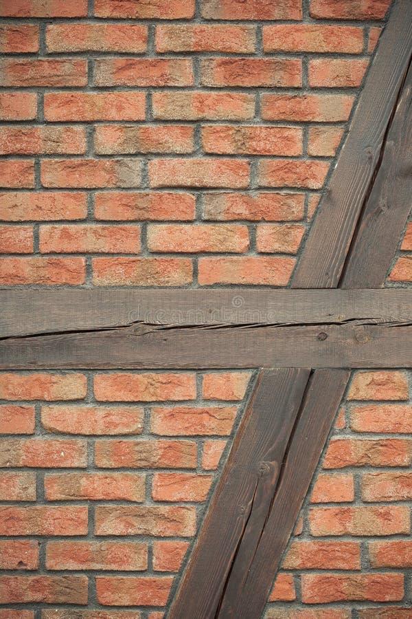 αρχιτεκτονική Τουβλότοιχος με το ξύλινο υπόβαθρο ακτίνων στοκ εικόνες με δικαίωμα ελεύθερης χρήσης