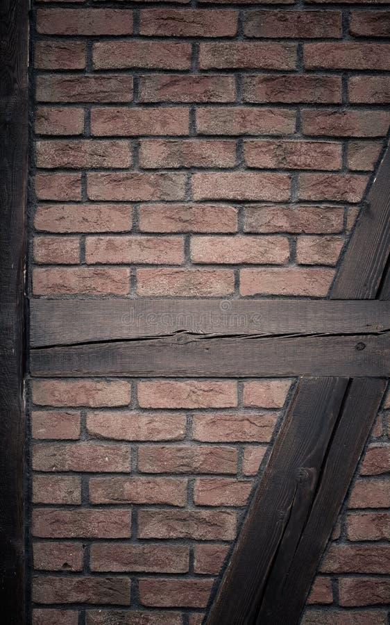 αρχιτεκτονική Τουβλότοιχος με το ξύλινο υπόβαθρο ακτίνων στοκ φωτογραφίες με δικαίωμα ελεύθερης χρήσης