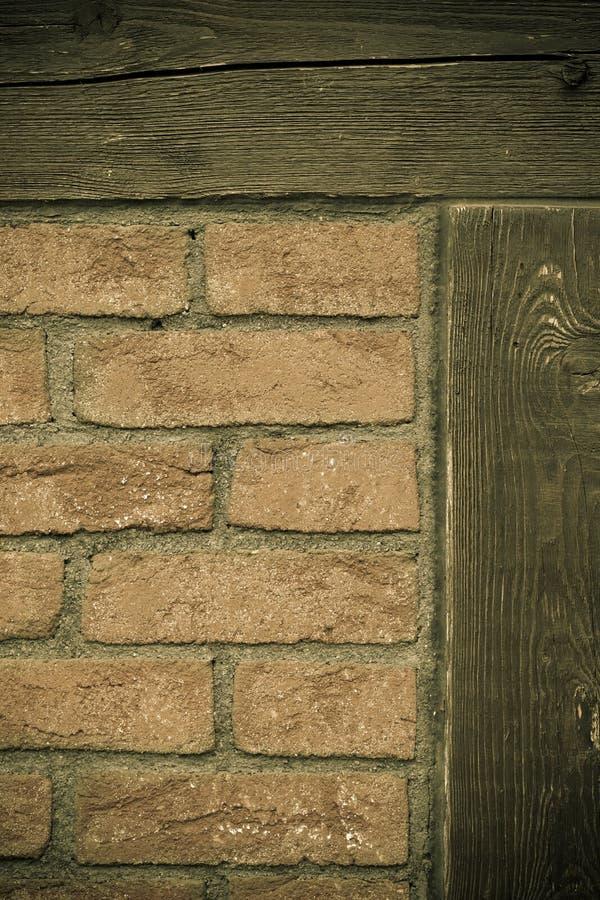 αρχιτεκτονική Τουβλότοιχος με το ξύλινο υπόβαθρο ακτίνων στοκ φωτογραφία