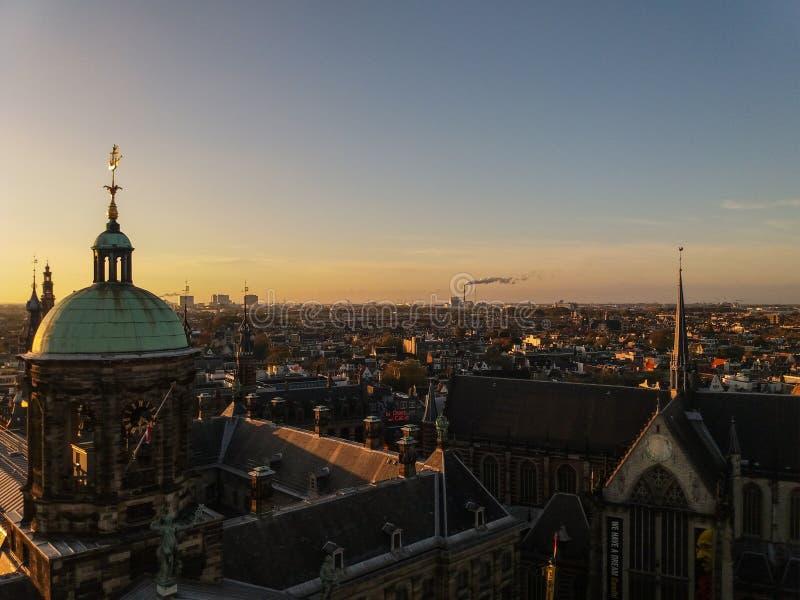 Αρχιτεκτονική του Άμστερνταμ, Κάτω Χώρες με τα ιστορικά κτήρια και τα κανάλια στοκ εικόνα