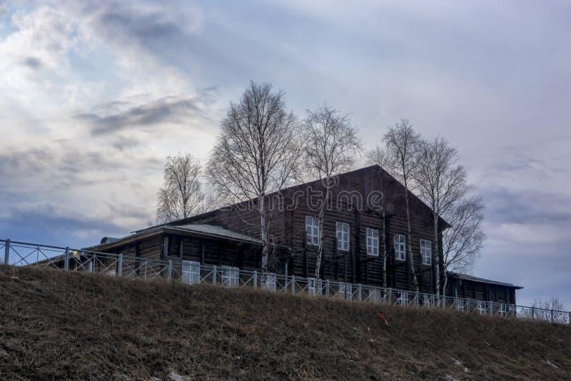 """Αρχιτεκτονική Ï""""Î¿Ï… παλαιού ξύλινου κατοικημένου κτηρίου κανονικού στο στοκ φωτογραφία με δικαίωμα ελεύθερης χρήσης"""