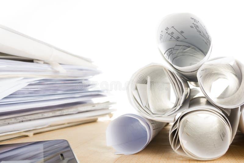 Αρχιτεκτονικοί σχεδιαγράμματα και ρόλοι σχεδιαγραμμάτων στο άσπρο υπόβαθρο στοκ εικόνες με δικαίωμα ελεύθερης χρήσης