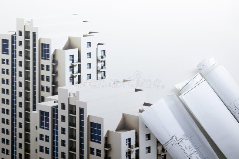 Αρχιτεκτονικοί σχεδιαγράμματα και ρόλοι σχεδιαγραμμάτων στο άσπρο υπόβαθρο στοκ εικόνες