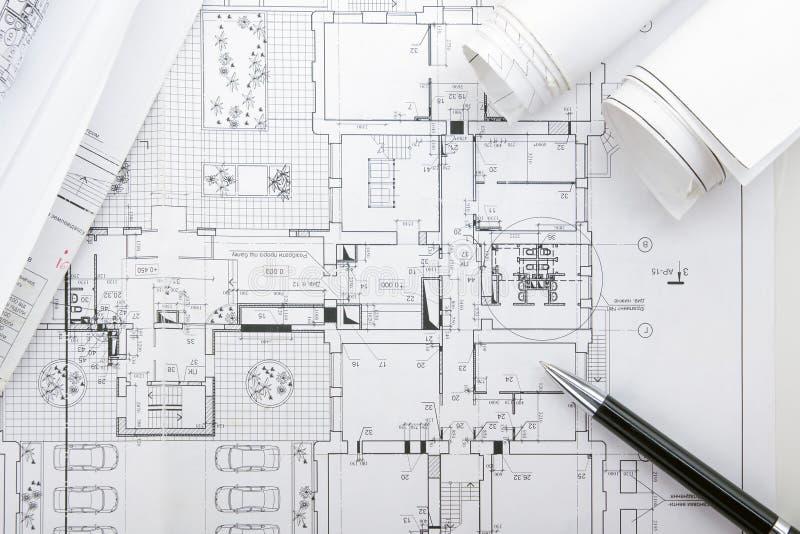 Αρχιτεκτονικοί σχεδιαγράμματα και ρόλοι σχεδιαγραμμάτων στο άσπρο υπόβαθρο στοκ φωτογραφίες