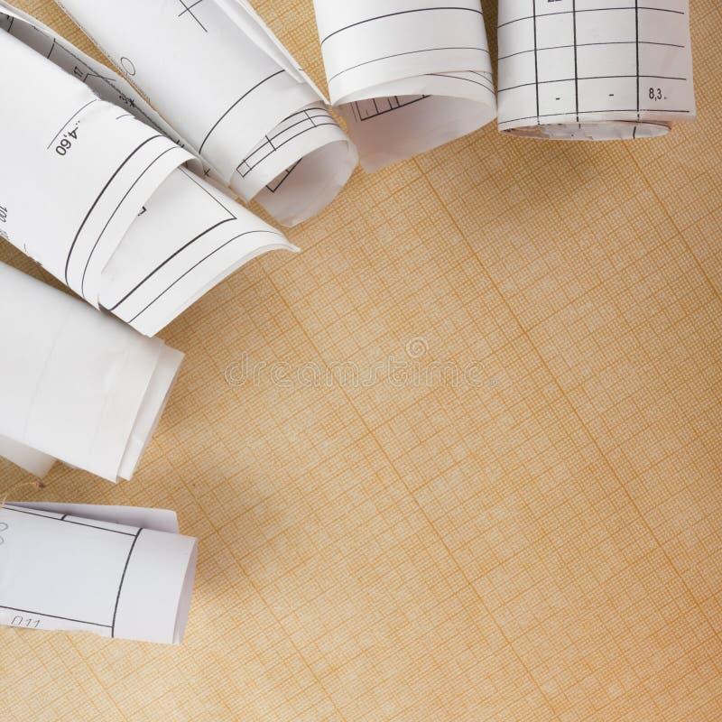 Αρχιτεκτονικοί σχεδιαγράμματα και ρόλοι σχεδιαγραμμάτων στο άσπρο υπόβαθρο στοκ φωτογραφίες με δικαίωμα ελεύθερης χρήσης