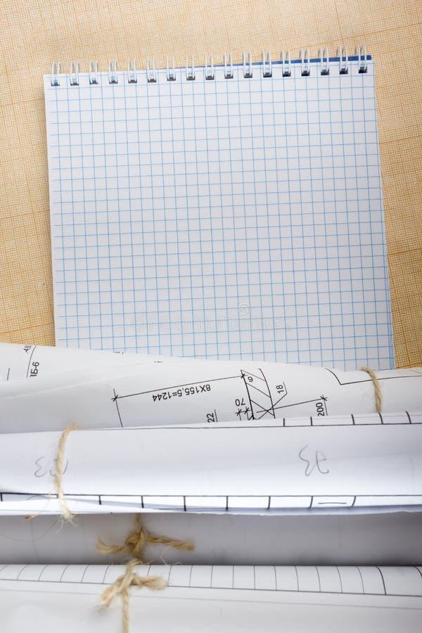 Αρχιτεκτονικοί σχεδιαγράμματα και ρόλοι σχεδιαγραμμάτων στο άσπρο υπόβαθρο στοκ εικόνα με δικαίωμα ελεύθερης χρήσης
