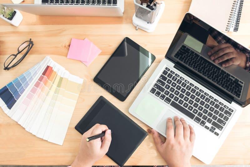 Αρχιτεκτονικό σχέδιο με τα εργαλεία εργασίας, γραφική εργασία σχεδιαστών στοκ εικόνα με δικαίωμα ελεύθερης χρήσης