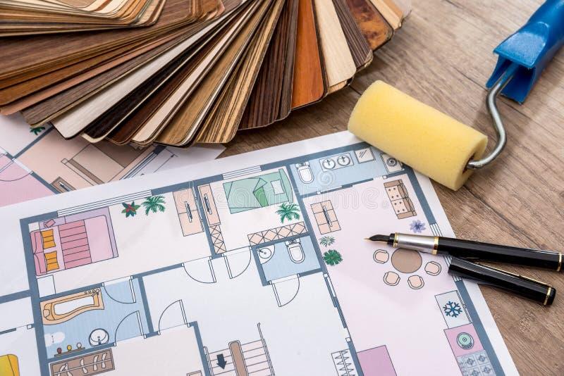 Αρχιτεκτονικό σχέδιο του σπιτιού με τα εργαλεία και τον κατάλογο επίπλων στοκ φωτογραφίες με δικαίωμα ελεύθερης χρήσης