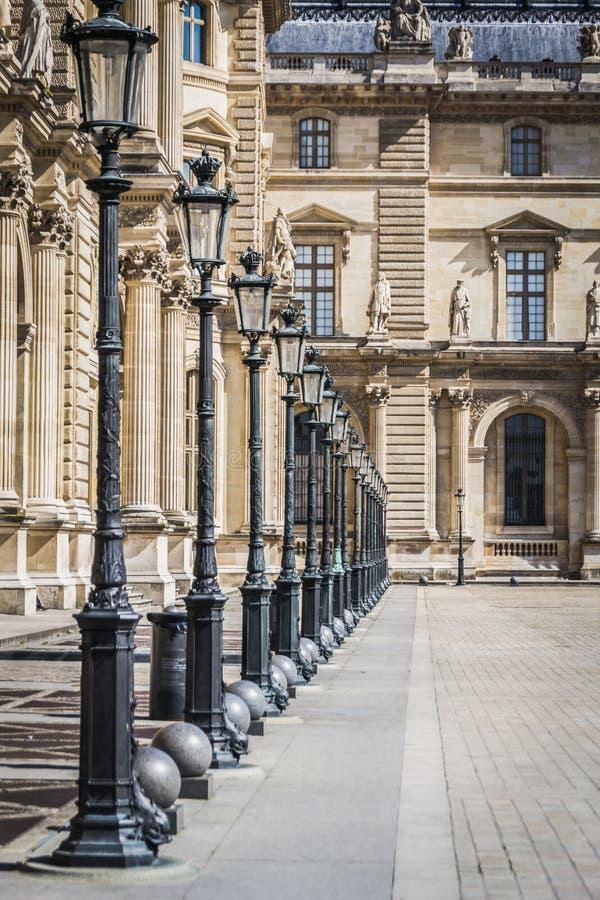 Αρχιτεκτονικό τοπίο των αλεών και των λαμπτήρων της θέσης des Pyramides του μουσείου του Λούβρου στο Παρίσι στοκ φωτογραφία με δικαίωμα ελεύθερης χρήσης