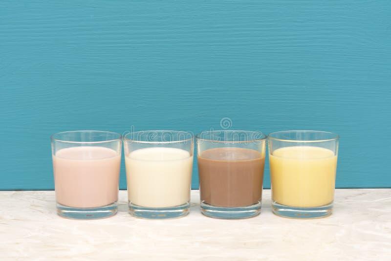 Αρωματικός milkshakes και φρέσκο κρεμώδες γάλα στους ανατροπείς γυαλιού στοκ φωτογραφία με δικαίωμα ελεύθερης χρήσης