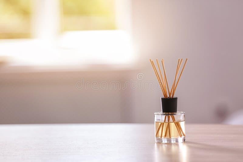 Αρωματικό αναψυκτικό αέρα καλάμων στον πίνακα στοκ εικόνα
