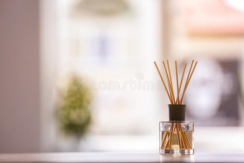 Αρωματικό αναψυκτικό αέρα καλάμων στον πίνακα στοκ φωτογραφία