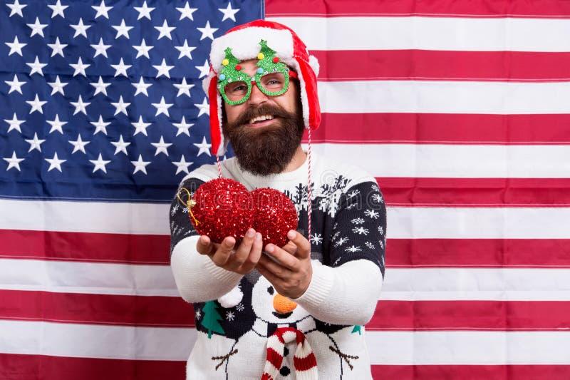 Ας διακοσμήσουμε το χριστουγεννιάτικο δέντρο Πατριωτικός άγιος βασίλης κρατά χριστουγεννιάτικα μπαλάκια Έντονος Αμερικανός με κόκ στοκ εικόνες με δικαίωμα ελεύθερης χρήσης