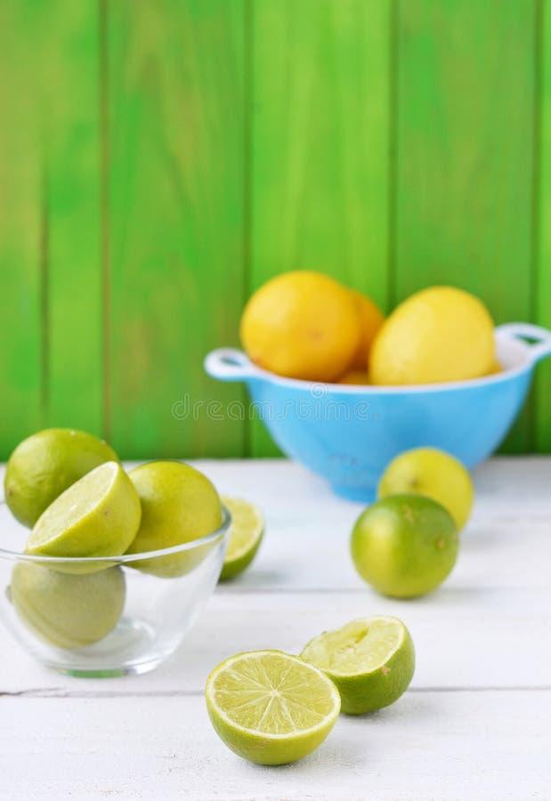 Ασβέστες και λεμόνια στοκ φωτογραφίες