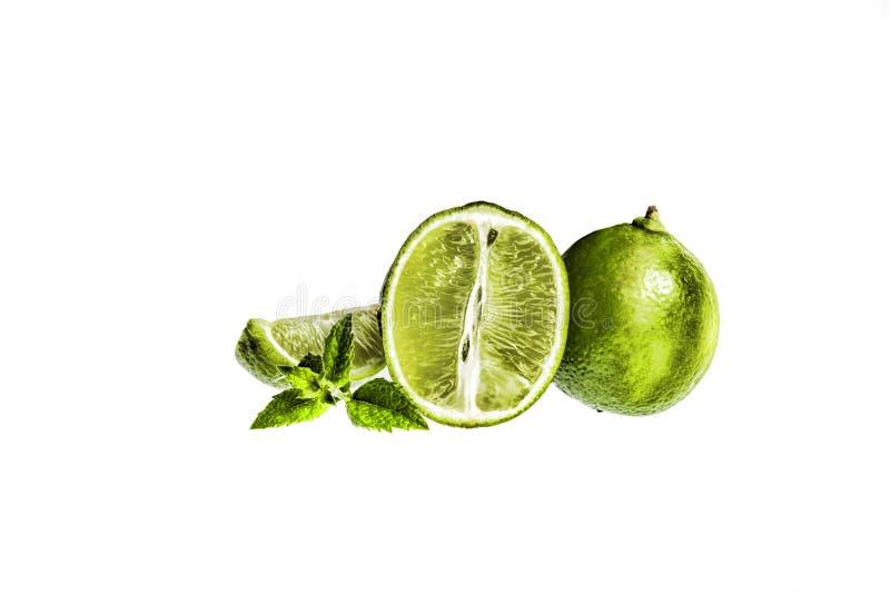 ασβέστης Φέτες και μέντα φρούτων που απομονώνονται σε ένα άσπρο υπόβαθρο στοκ εικόνες