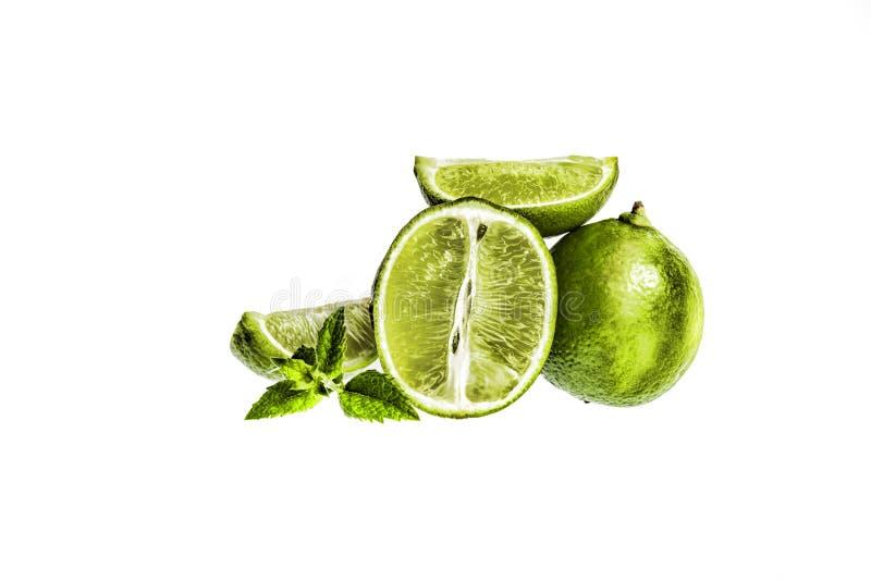 ασβέστης Φέτες και μέντα φρούτων που απομονώνονται σε ένα άσπρο υπόβαθρο στοκ φωτογραφία με δικαίωμα ελεύθερης χρήσης