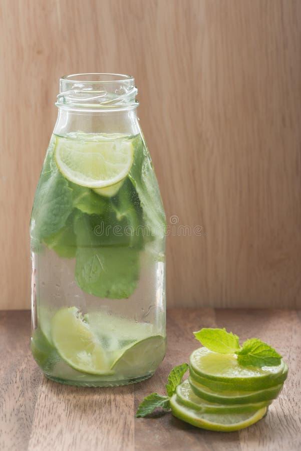 Ασβέστης Detox και ποτό διατροφής μεντών στοκ φωτογραφίες