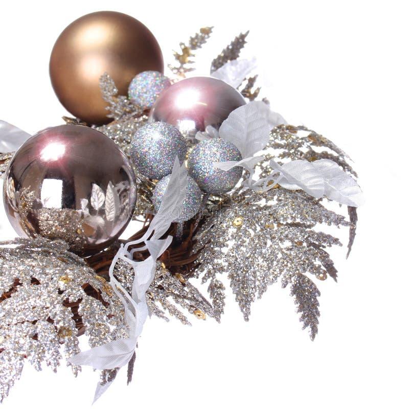 Ασημένια διακόσμηση Χριστουγέννων. Λαμπρός και ακτινοβολήστε σφαίρες διακοπών είναι στοκ εικόνα