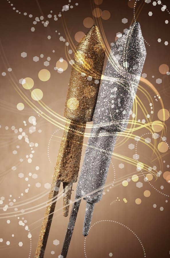 Ασημένια και χρυσά εορταστικά πυροτεχνήματα πυραύλων στοκ εικόνες
