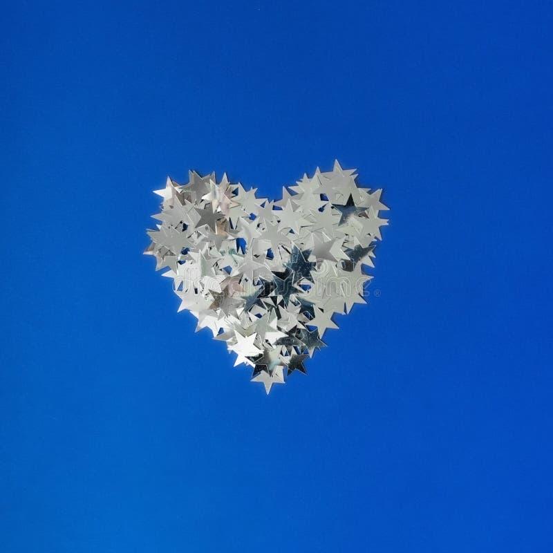 Ασημένια καρδιά σε ένα μπλε υπόβαθρο στοκ εικόνα με δικαίωμα ελεύθερης χρήσης