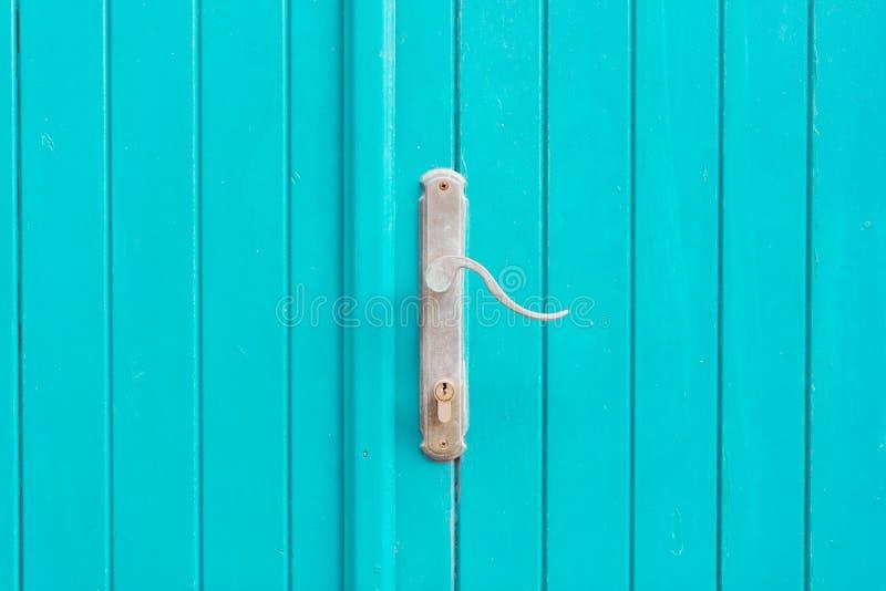 Ασημένια λαβή πορτών μετάλλων μπλε πόρτες στοκ φωτογραφίες