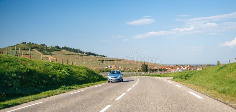 Ασημένια οδήγηση αυτοκινήτων Opel γρήγορα στο γαλλικό δρόμο στοκ εικόνα