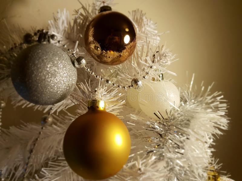 Ασημένια χρυσά ζωηρόχρωμα σύγχρονα σύγχρονα στοιχεία διακοσμήσεων χριστουγεννιάτικων δέντρων των διακοπών, ευτυχές νέο yea στοκ εικόνες