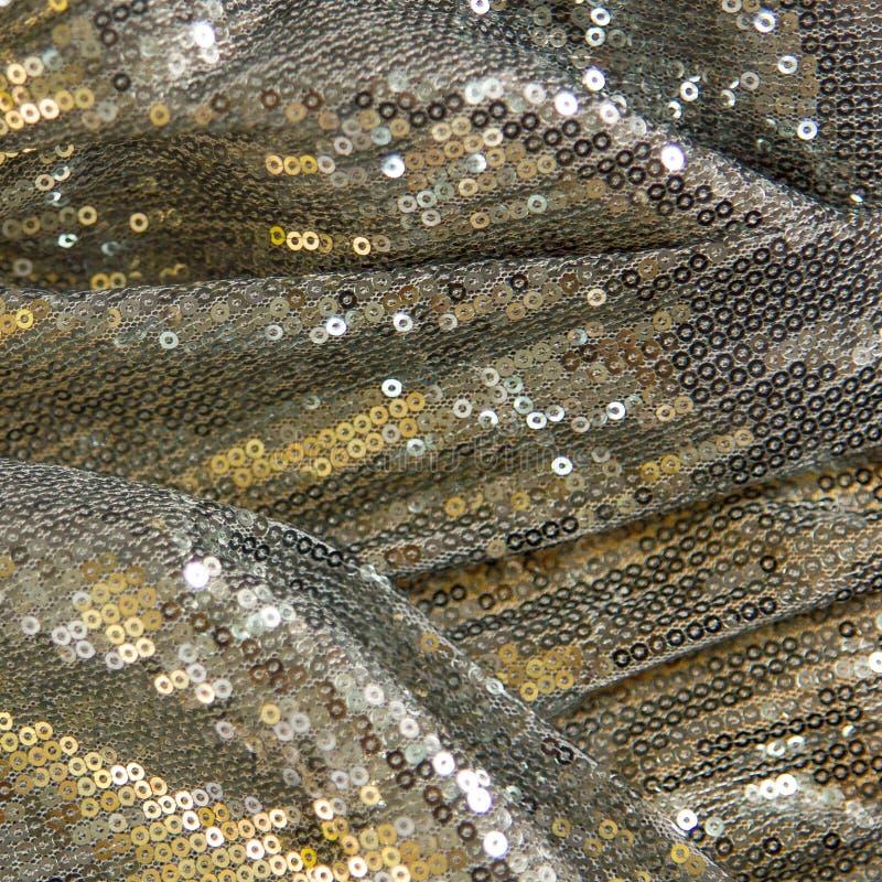 Ασημένια, χρυσή σύσταση υφάσματος με τις πούλιες στοκ φωτογραφίες με δικαίωμα ελεύθερης χρήσης