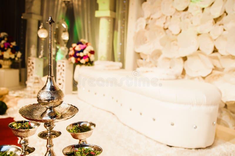 Ασημένιες διατάξεις θέσεων ζευγών δοχείων και γάμου στοκ φωτογραφία με δικαίωμα ελεύθερης χρήσης