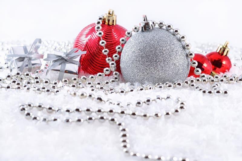 Ασημένιες και κόκκινες διακοσμήσεις Χριστουγέννων στοκ φωτογραφία με δικαίωμα ελεύθερης χρήσης