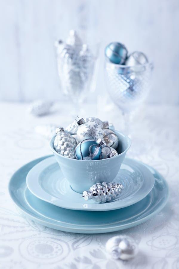 Ασημένιες και μπλε διακοσμήσεις Χριστουγέννων σε ένα φλυτζάνι στοκ εικόνες
