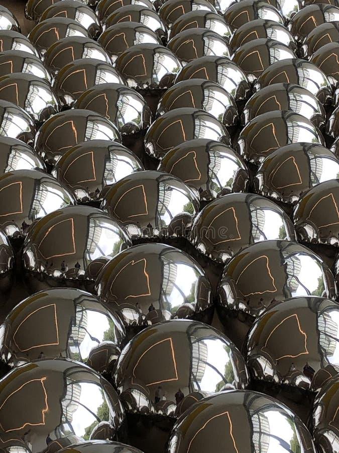 Ασημένιες σφαίρες με τις αντανακλάσεις των παραθύρων και των λαμπτήρων ανωτέρω στοκ φωτογραφία με δικαίωμα ελεύθερης χρήσης