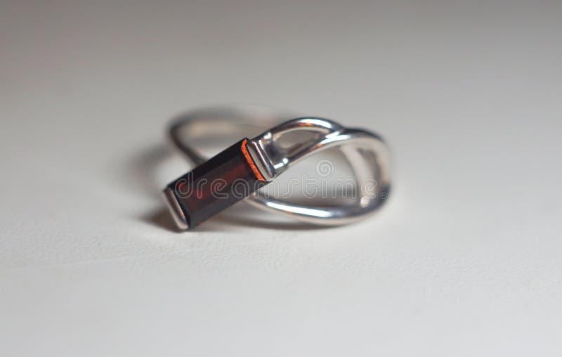 Ασημένιος στενός επάνω δαχτυλιδιών ροδιών στοκ εικόνα