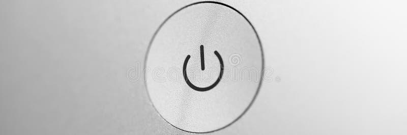 Ασημένιος χονδροειδής ανοίγει και από το κουμπί στην γκρίζα κενή πίσω επιτροπή στοκ φωτογραφίες