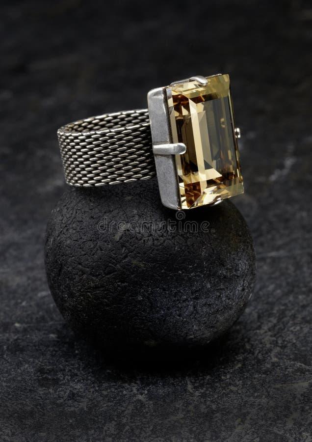 Ασημένιο δαχτυλίδι με κίτρινο ψευδοτοπαζιακό στοκ φωτογραφίες