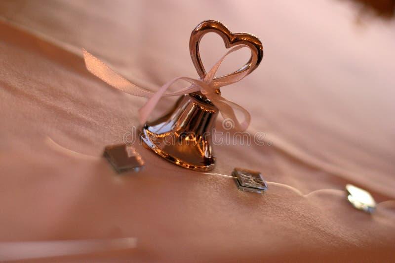 Ασημένιο γαμήλιο κουδούνι με την καρδιά στοκ εικόνες με δικαίωμα ελεύθερης χρήσης