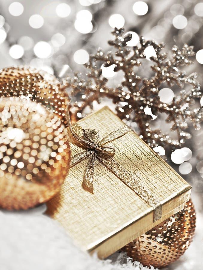 Ασημένιο δώρο Χριστουγέννων με τις διακοσμήσεις μπιχλιμπιδιών στοκ εικόνες με δικαίωμα ελεύθερης χρήσης