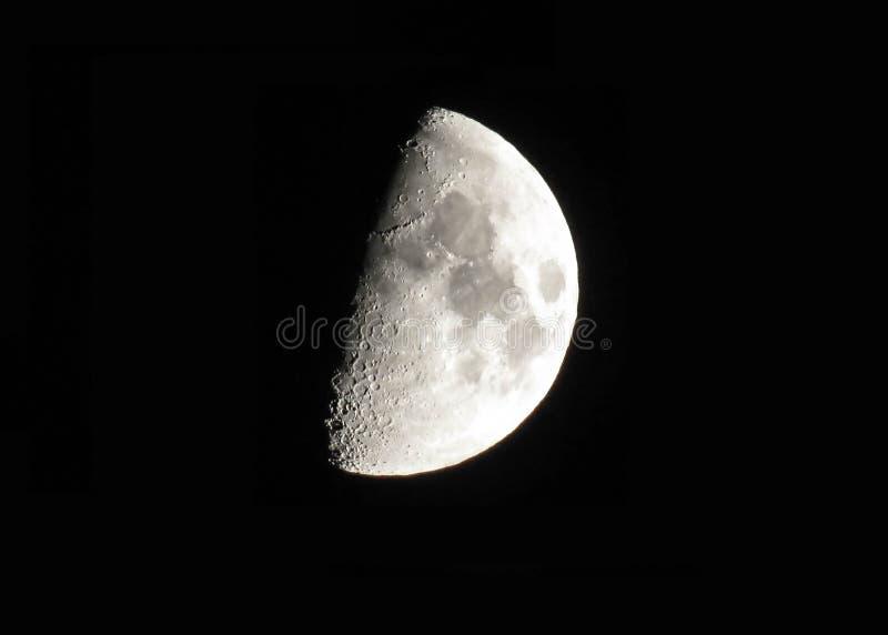 Ασημένιο κηρώνοντας φεγγάρι στο μαύρο υπόβαθρο ουρανού στοκ εικόνες