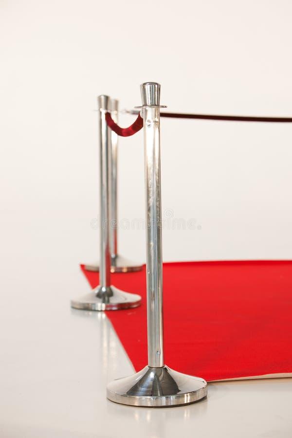 Ασημένιο κιγκλίδωμα στάσεων και κόκκινου χαλιού με το σχοινί στοκ εικόνες με δικαίωμα ελεύθερης χρήσης
