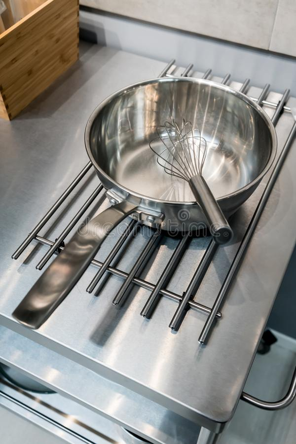 Ασημένιο μουστάκι μετάλλων στο τηγανίζοντας τηγάνι ανοξείδωτου στοκ φωτογραφία με δικαίωμα ελεύθερης χρήσης