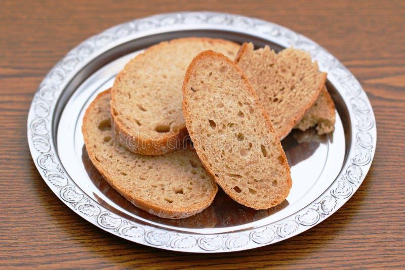 Ασημένιο πιάτο με το ψωμί στοκ εικόνες
