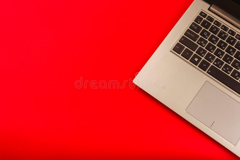 Ασημένιο πληκτρολόγιο lap-top σε ένα κόκκινο υπόβαθρο Η έννοια των σε απευθείας σύνδεση αγορών Χριστουγέννων στοκ φωτογραφία με δικαίωμα ελεύθερης χρήσης