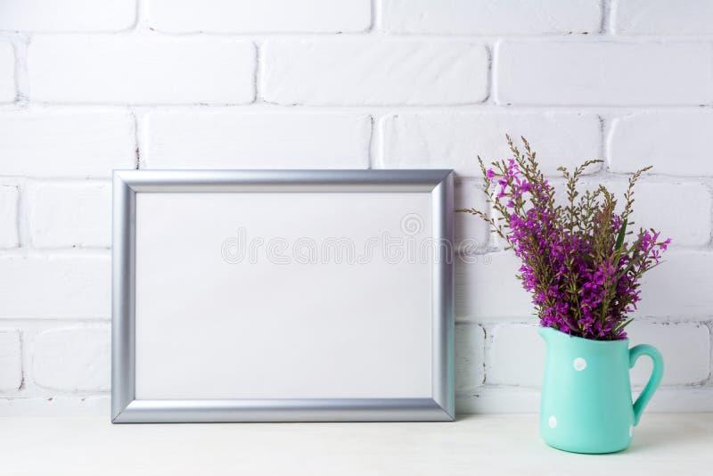 Ασημένιο πρότυπο πλαισίων τοπίων με τα καφέ πορφυρά λουλούδια στη μέντα στοκ εικόνες με δικαίωμα ελεύθερης χρήσης