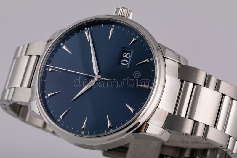 Ασημένιο ρολόι ατόμων με έναν μπλε πίνακα, ασήμι δεξιόστροφα, chronograph, με ένα λουρί χάλυβα που απομονώνεται στο άσπρο υπόβαθρ στοκ φωτογραφία με δικαίωμα ελεύθερης χρήσης